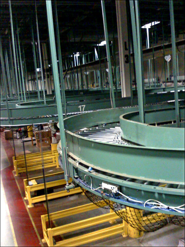 An elevated conveyor system in a warehouse environment